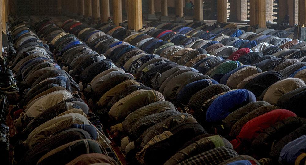 Muçulmanos em prece na mesquita