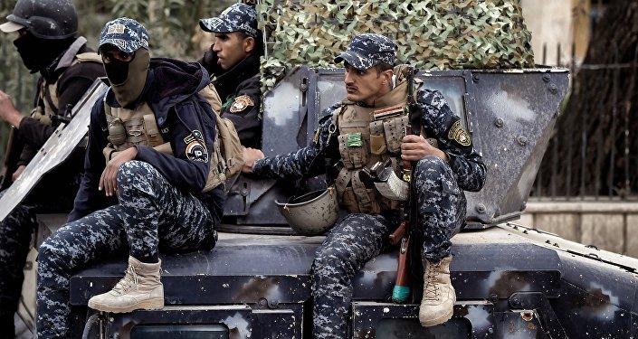 Membros das forças iraquianas avançam em direção da parte ocidental de Mossul, no âmbito da operação militar para reconquistar a cidade dos militantes do Daesh, 13 de março de 2017