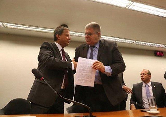 Presidente da OAB, Carlos Lamachia  entrega a carta protesto ao deputado Carlos Marun