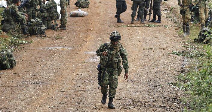 Soldados colombianos acampados perto do local do ataque das FARC contra tropas do exército, em Cauca