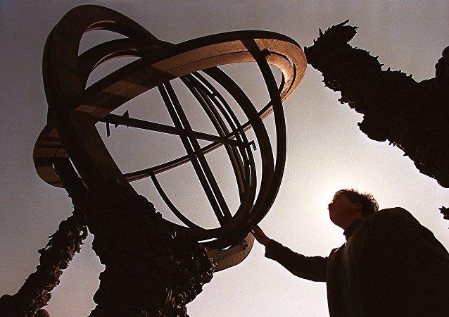 Turista inspeciona o New Armilla, um instrumento feito em 1774 , no tempo da dinastia Qing, destinado principalmente a medir o verdadeiro horário solar, bem como a ascensão reta e declinação dos corpos celestes, no antigo Observatório de Pequim, um dos mais antigos do mundo. Pequim, 20 de fevereiro