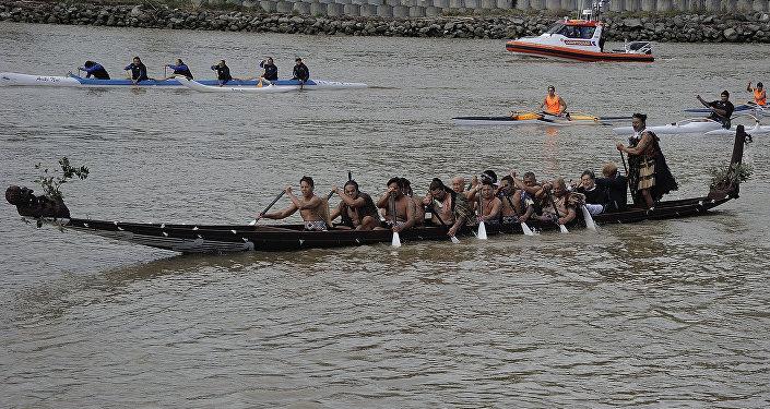 Príncipe Harry da Grã-Bretanha passeia em um waka (canoa maori de guerra) pelo rio de Whanganui durante uma visita a Whanganui em 14 de maio de 2015.