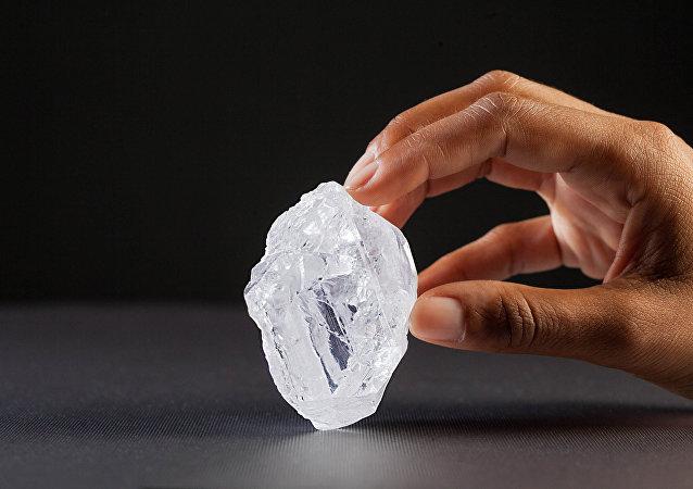 Lesedi la Rona de 1109 quilates é o maior diamante descoberto em mais de um século e o maior diamante bruto existente hoje.
