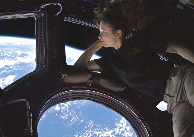 Uma astronauta na Estação Espacial Internacional (imagem referencial)