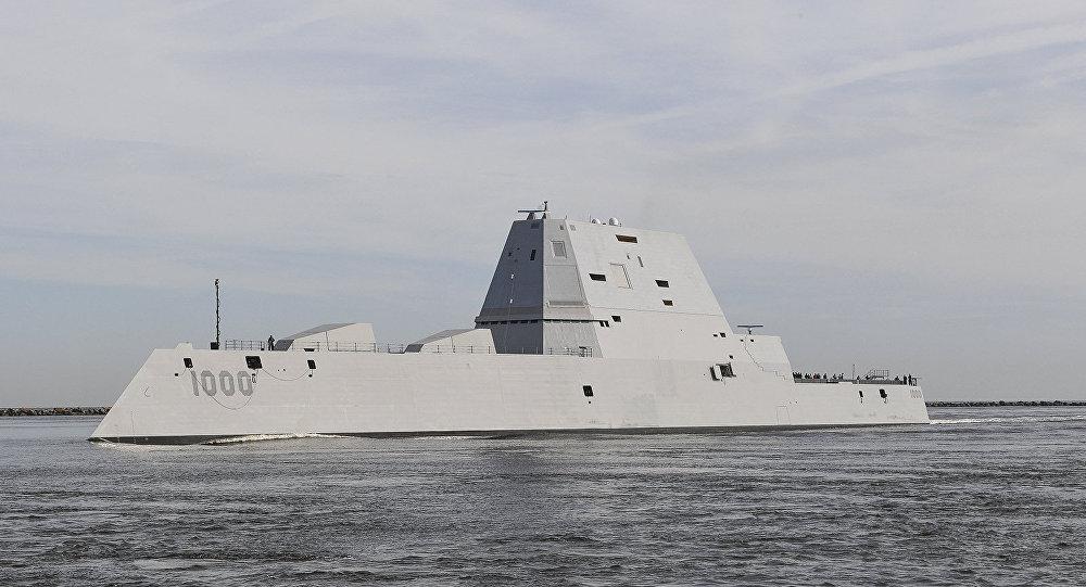 Míssil teleguiado USS Zumwalt (DDG 1000) transita a estação naval de Mayport em seu caminho para o porto de Jacksonville, Flórida, 25 de outubro de 2016
