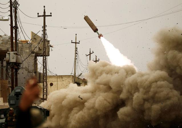 Lançamento de mísseis contra posições de terroristas em Mossul