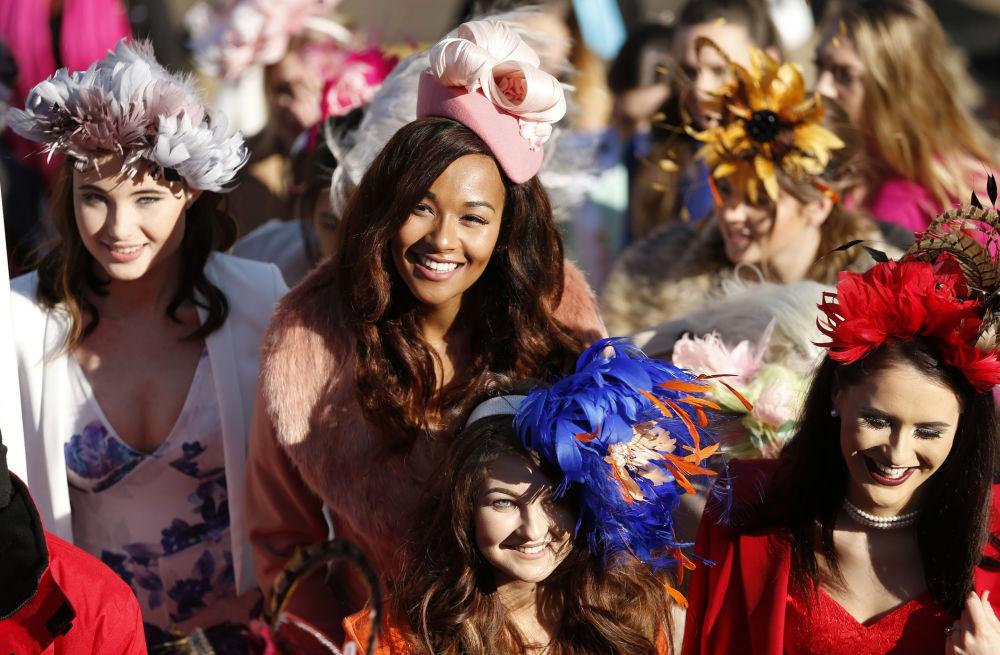 Meninas durante o Festival de Cheltenham, Reino Unido
