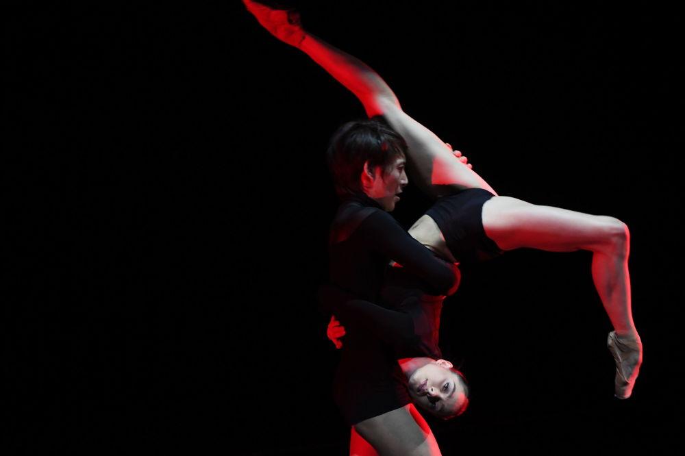 Artistas de ballet durante apresentação em Moscou