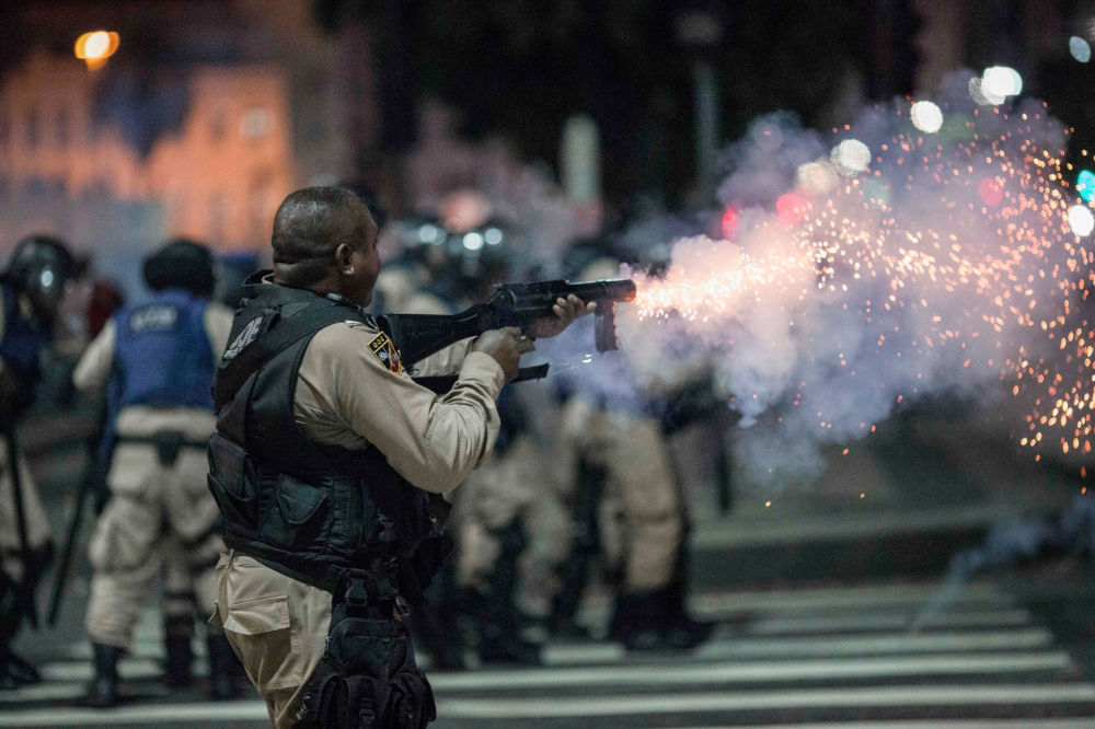 Policiais brasileiros durante confrontos com participantes de manifestações contra a reforma do sistema de pensões no Rio de Janeiro