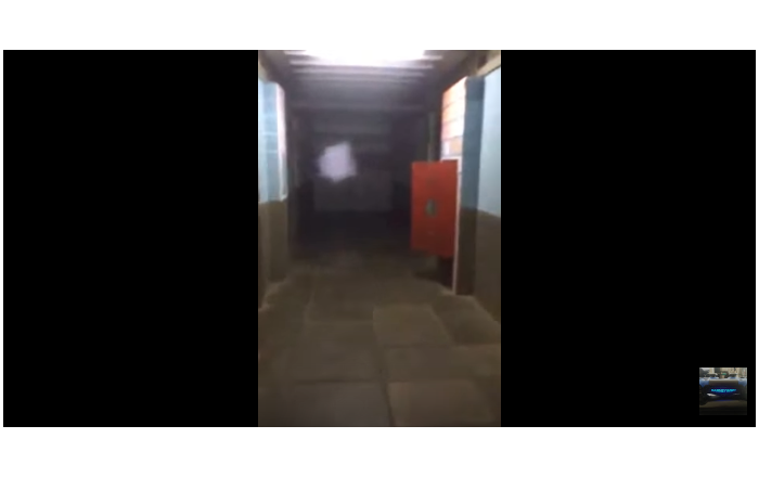Porta em morgue brasileira se move repetidamente sozinha