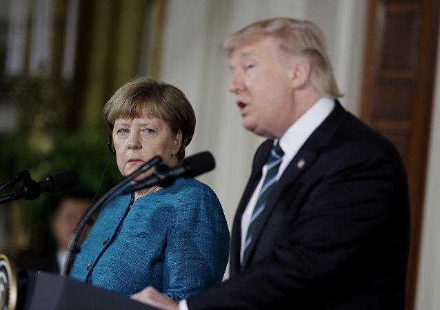 Primeira-ministra da Alemanha, Angela Merkel, ouve o discurso de Donald Trump, durante coletiva de imprensa conjunta na Casa Branca, 17.03.2017