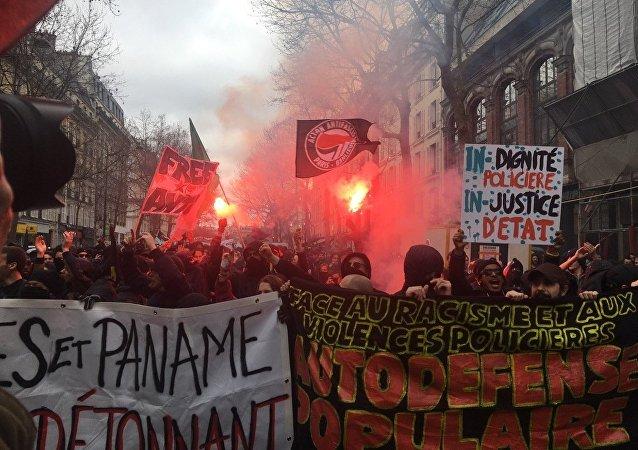 Manifestantes desfilam pelas ruas de Paris em protesto contra a violência policial e o racismo