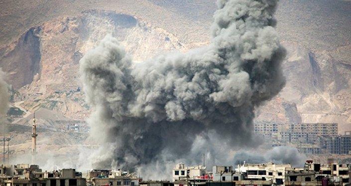 Fumaça após ataques aéreos da Força Aérea síria no leste de Damasco (arquivo)