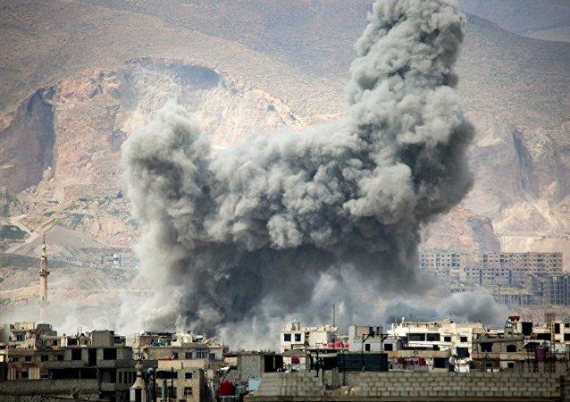 Fumaça após ataques aéreos  no leste de Damasco (foto de arquivo)