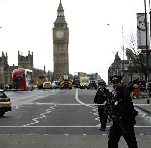 Polícia britânica guarda o lado sul da ponte de Westminster, perto do prédio do parlamento do Reino Unido, onde ocorreu um tiroteio e um atropelamento que feriram pelo menos 17 pessoas (arquivo)