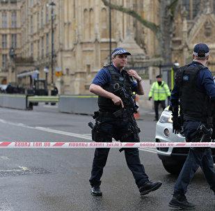 Agentes de polícia armados guardam a zona onde aconteceu um tiroteio, perto do parlamento do Reino Unido em 22 de março de 2017