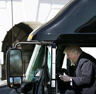 Donald Trump dirige um caminhão. Março, 23, 2017