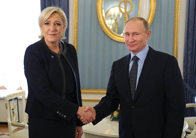 A candidata presidencial de extrema direita da França, Marine Le Pen, e o presidente russo, Vladimir Putin, durante encontro de 24 de março de 2017