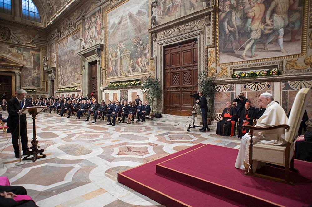 Paolo Gentiloni, primeiro-ministro da Itália, discursa na presença do papa Francisco