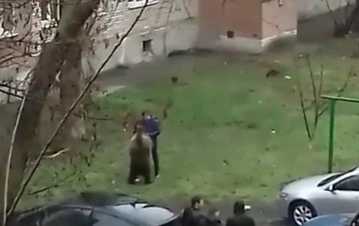 Um homem passeia com seu urso