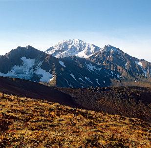 O vulcão Kambalny, localizado na península de Kamchatka, no Extremo Oriente russo
