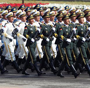 Tropas chinesas marcham durante o desfile militar em Islamabad por ocasião do Dia do Paquistão, 23 de março de 2017.