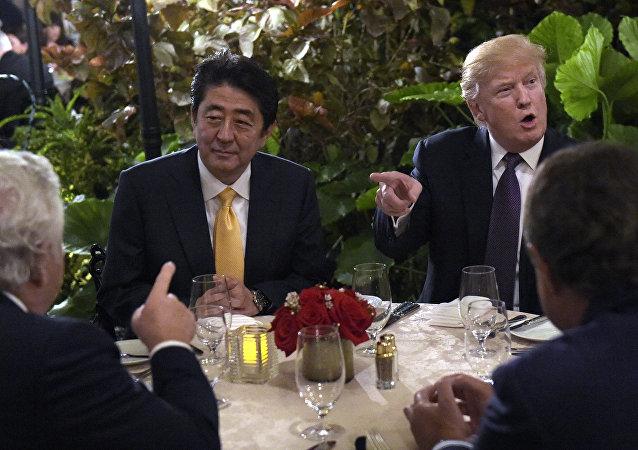 O presidente Donald Trump senta-se para jantar com o primeiro-ministro japonês Shinzo Abe no Mar-a-Lago, em Palm Beach, Flórida, sexta-feira, 10 de fevereiro de 2017. Robert Kraft, do New England Patriots, está à esquerda. Trump está hospedando Abe e sua esposa para o fim de semana.