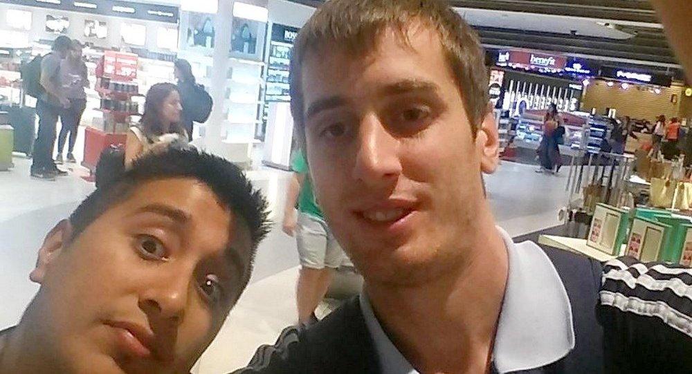 Matias Carena (à direita) postou foto com o amigo em uma rede social na chegada ao Rio