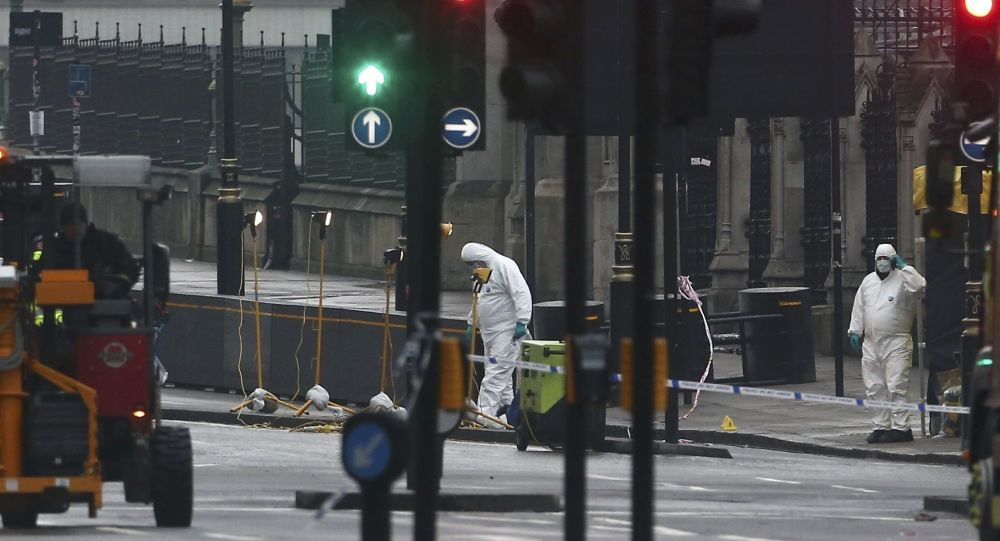 Peritos trabalham no local do ataque que aterrorizou a capital da Inglaterra na última quarta-feira, 22 de março de 2017