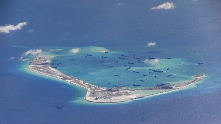 Navios chineses nas águas do recife de Mischief no arquipélago disputado de Spartly no mar do Sul da China