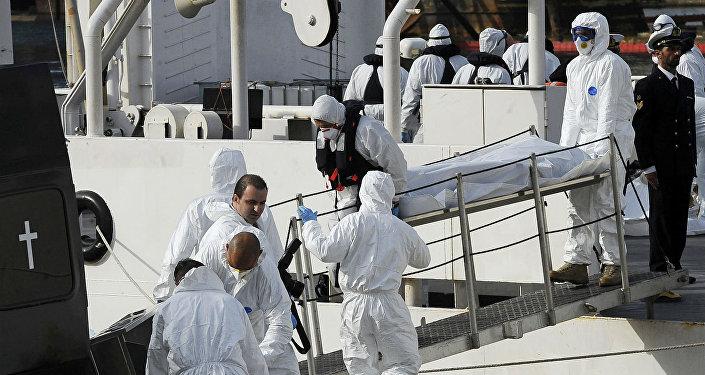 Transporte dos corpos resgatados após naufrágio no Mediterrâneo.