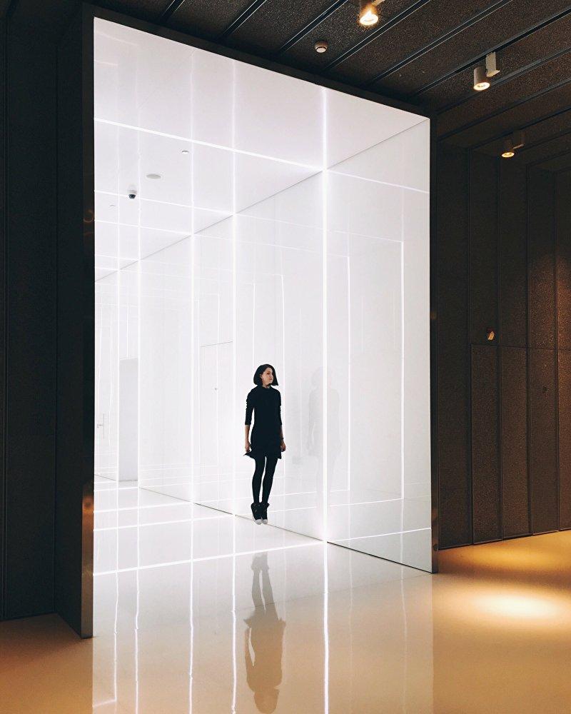 Rita Ahundova posa em frente da câmera para seu projeto Outra China