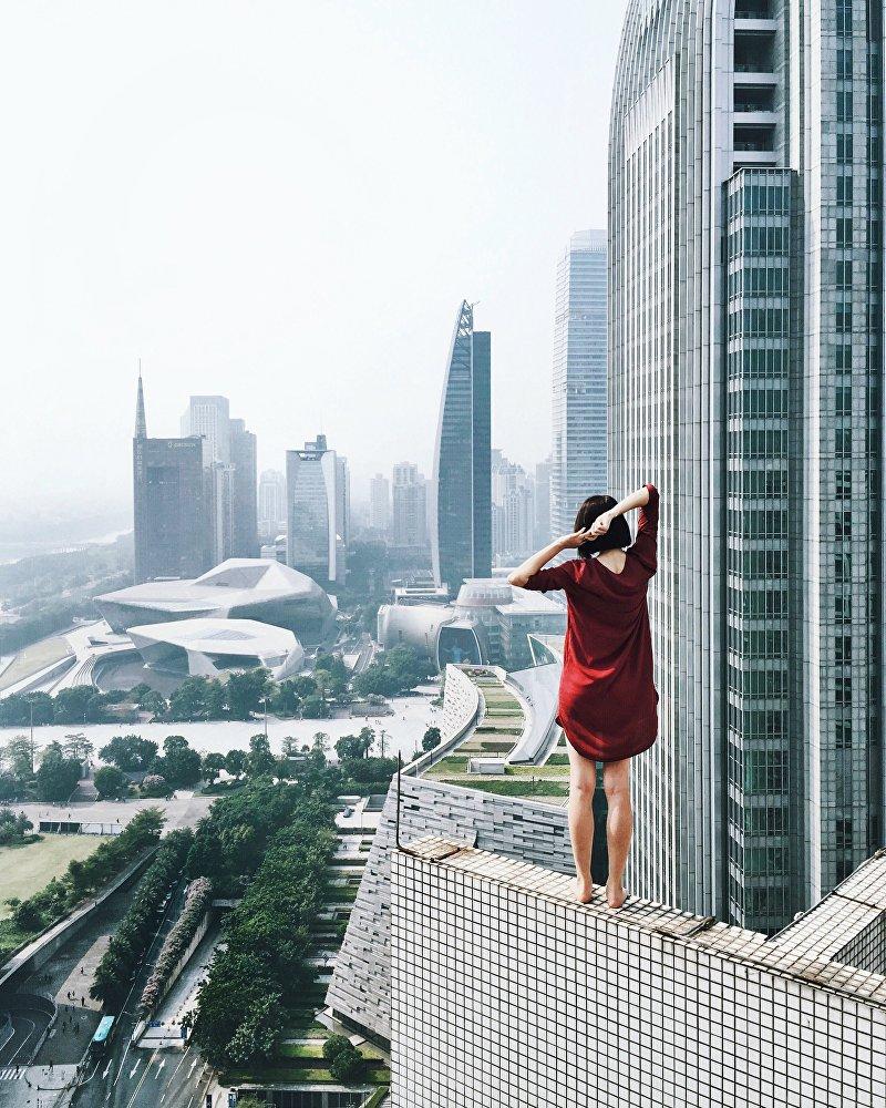Rita Ahundova tira uma fotografia a si própria com ajuda de timer ou controlo remoto
