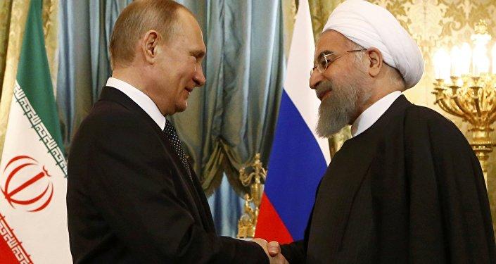 O presidente russo Putin aperta a mão do presidente iraniano Rouhani durante o encontro no Kremlin em Moscou