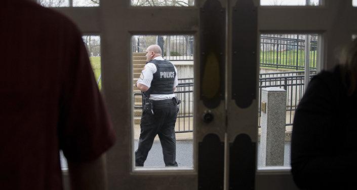 Agente do Serviço Secreto caminha em frente à sala de imprensa da Casa Branca enquanto especialistas examinam pacote suspeito na região (arquivo)