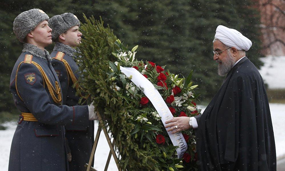 O presidente iraniano, Rouhani partipa de cerimônia de respeito ao Túmulo de Soldado Desconhecido, um monumento erguido nas muralhas do Kremlin para honrar os soldados russos mortos em guerra