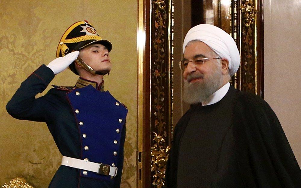 O presidente iraniano, Hassan Rouhani, adentra o hall do Kremlin e é recepcionado antes do encontro com o homólogo russo, Vladimir Putin