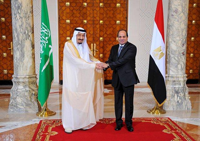 O presidente egípcio Abdel Fattah al-Sisi e o rei Salman da Arábia Saudita apertam as mãos durante a cerimônia de recepção no palácio presidencial egípcio, no Cairo, no Egito, em 7 de abril de 2016.