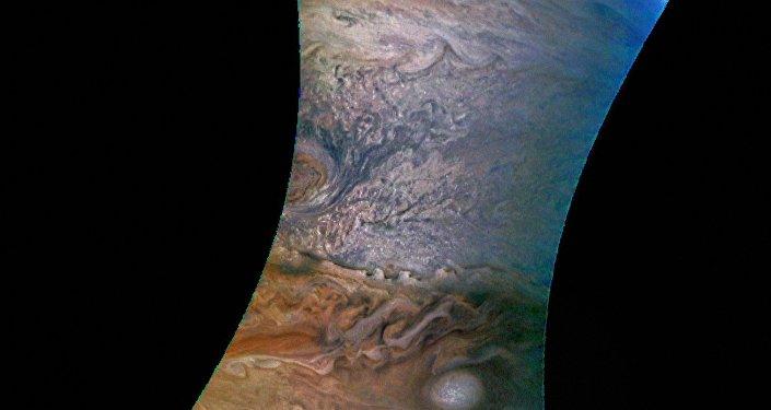 Imagem de Júpiter tirada pela sonda da NASA Juno e colorida por um astrônomo amador