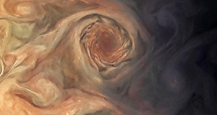 Esta imagem de Júpiter mostra as tempestades de pérolas brancas na superfície de Júpiter ao sudoeste do Oval Branco