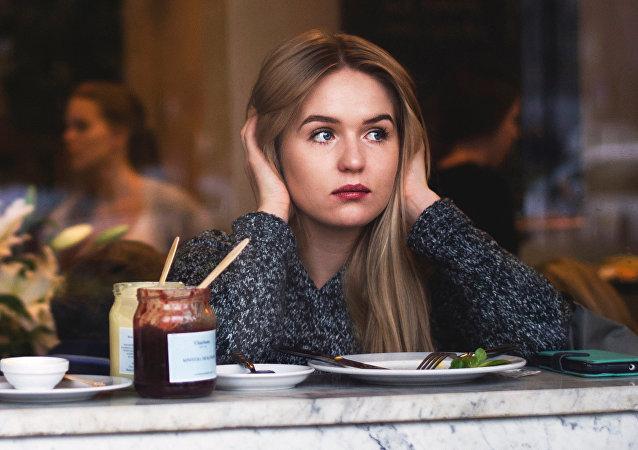 Uma mulher em un restaurante (imagem referencial)