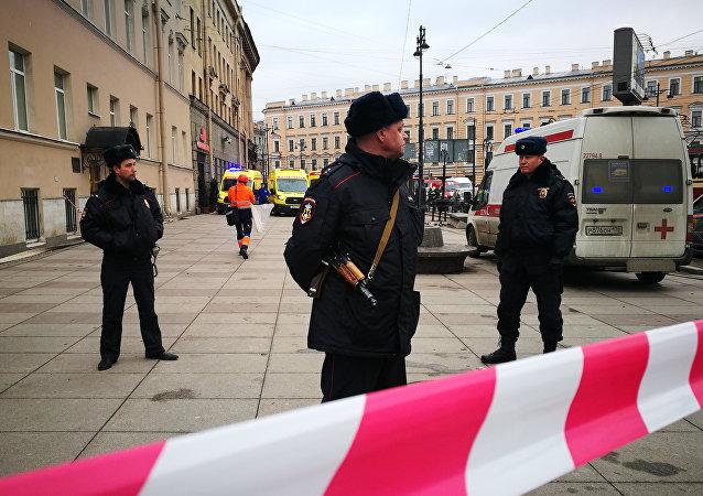 Polícia garante segurança perto da estação Tekhnologichesky Institut do metrô de São Petersburgo após explosão