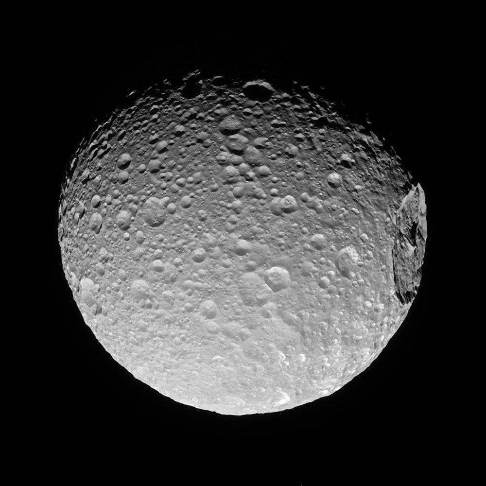 A sonda espacial da NASA, Cassini, fotografou a cratera gigante de Herschel, que atinge quase a terça parte do diâmetro de Mimas - satélite de Saturno