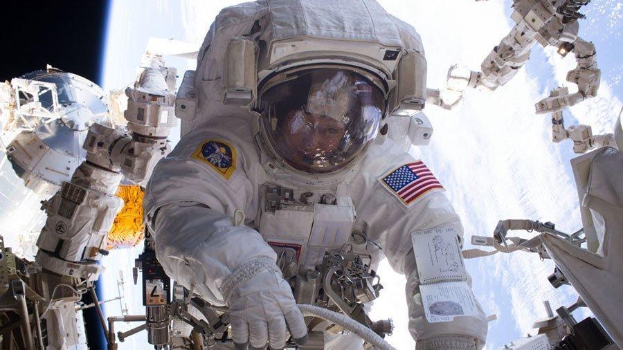 Os astronautas da NASA, Peggy Whitson e Shane Kimbrough, realizaram trabalhos na superfície externa da EEI, chegando a passar sete horas e quatro minutos no espaço aberto