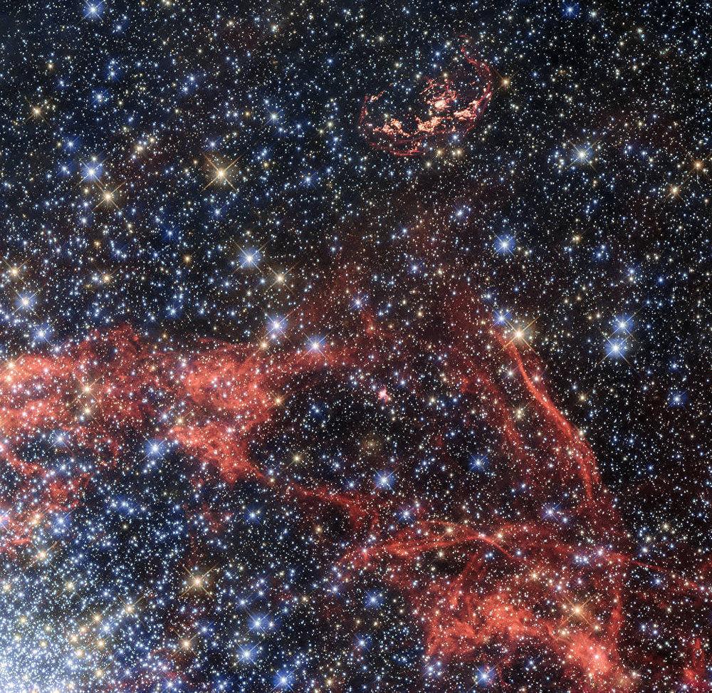 O telescópio espacial Hubble fotografa os vestígios da supernova N103B, que estão localizados a 160.000 anos-luz da Terra, na galáxia da Grande Nuvem de Magalhães