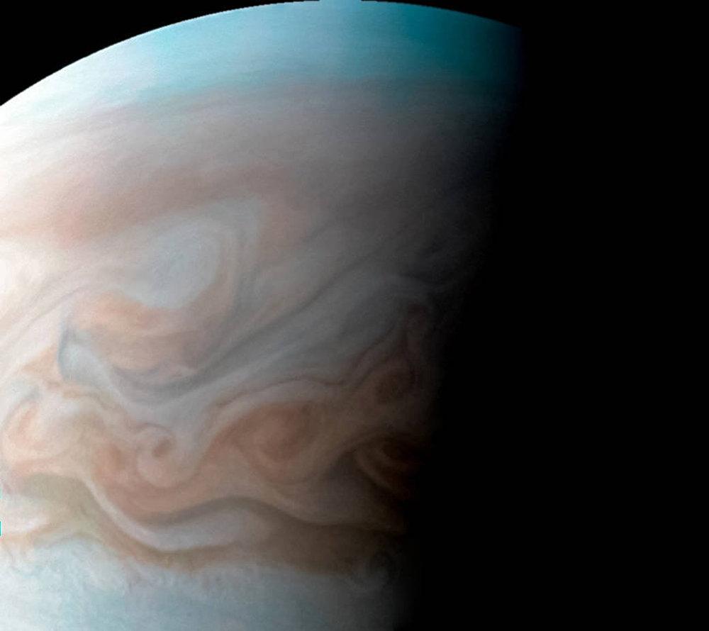 A sonda espacial da NASA, Juno, obteve uma imagem de alta definição da zona turbulenta a oeste da Grande Mancha Vermelha (enorme anticiclone da atmosfera de Júpiter) localizada ao sul do equador do planeta gigante