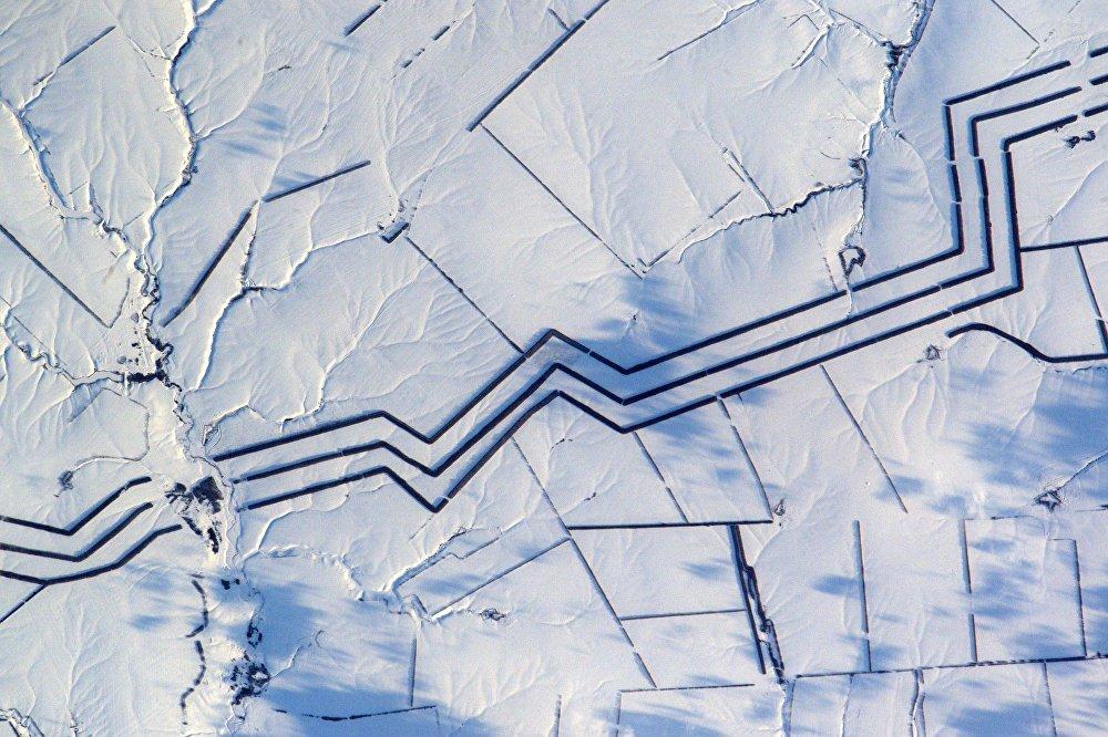 O astronauta francês, Thomas Pesquet publicou uma imagem onde é possível ver as linhas raras na superfície da estepe russa. A arte minimalista da neve. Não posso explicar o que são essas linhas espalhadas por muitos quilômetros, comentou