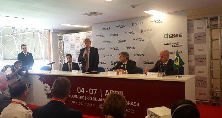 Cerimônia de assinatura de uma parceria entre a Embraer e a americana Rockwell Collins, na LAAD, no Rio de Janeiro