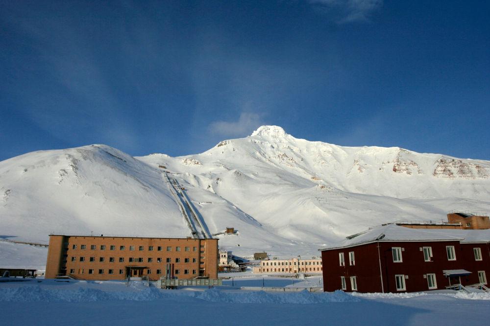 O povoado abandonado Piramida na ilha de Spitsbergen Ocidental do arquipélago de Svalbard, localizado entre os mares da Noruega e de Barents