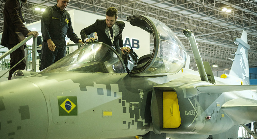 Réplica do caça sueco Gripen exibida na feira LAAD 2017